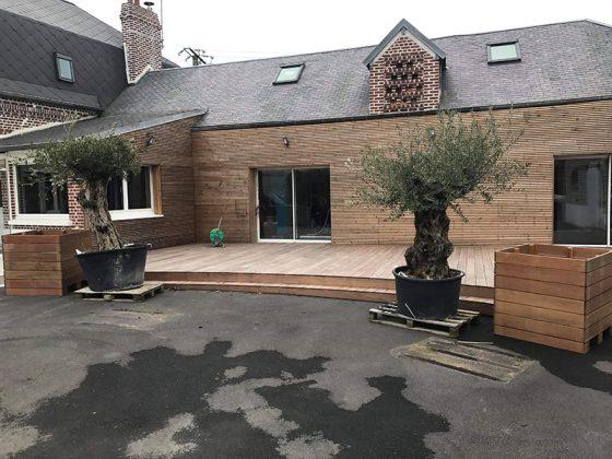 arrière maison avec façade en bois et terrasse en bois