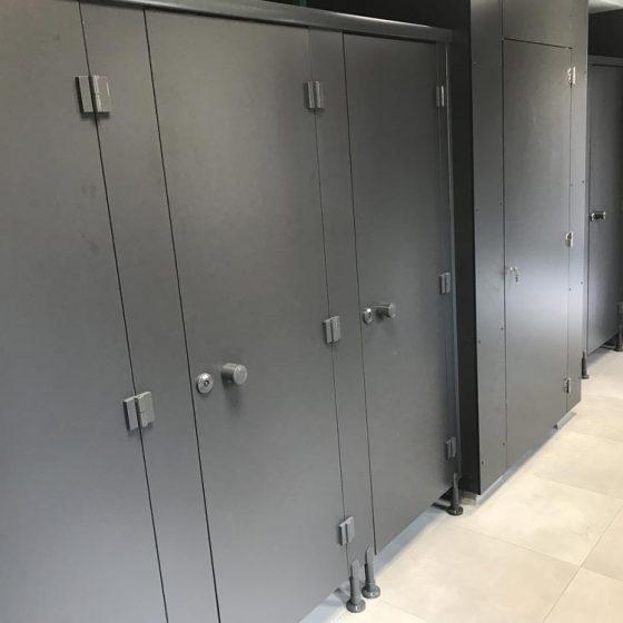 portes de toilettes public