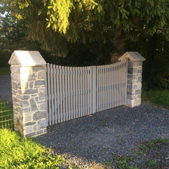 barrière en bois entrée allée de maison