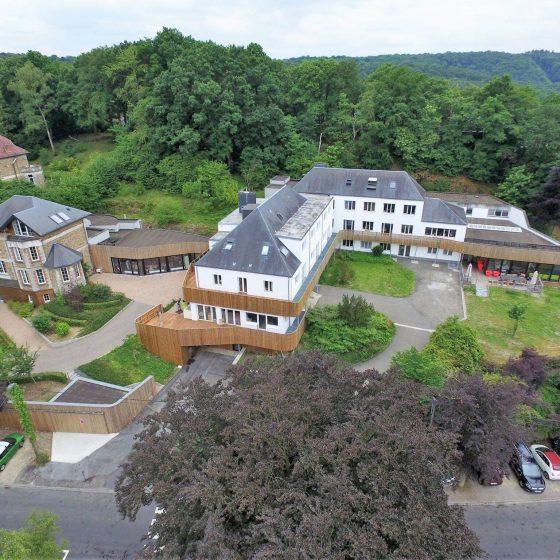 vue d'en haut de différents bâtiment avec terrasse et autres en bois
